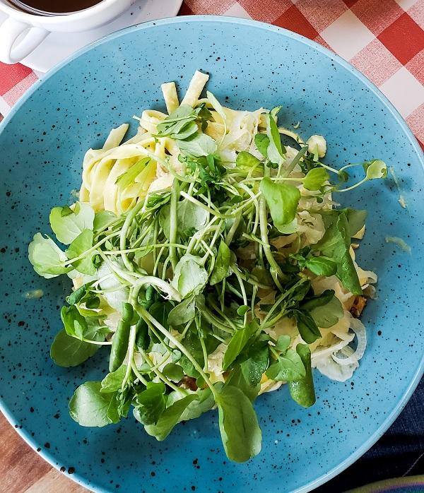 groene salade bij kaasfondue